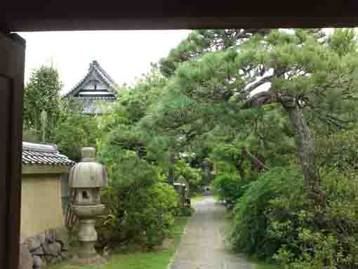 the approach road in Choshoji Temple