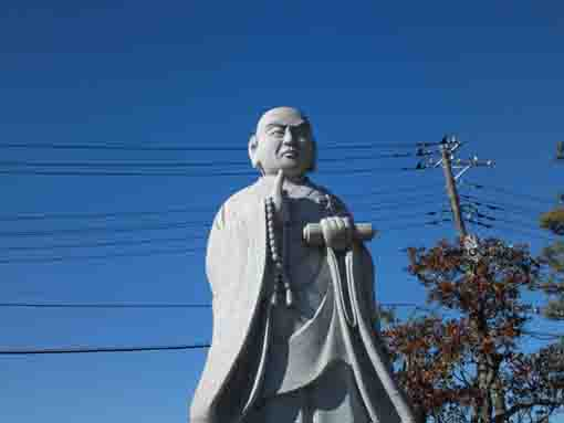 the statue of Nichiren in Honjoji