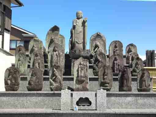 the stone statues in Hosenji Temple