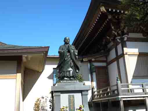 the statue of Nichiren in Kannoji