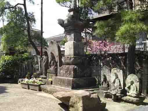 the stone statues at Kyoshiji Temple