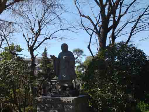 the statue of Nichiren in Myoshoji