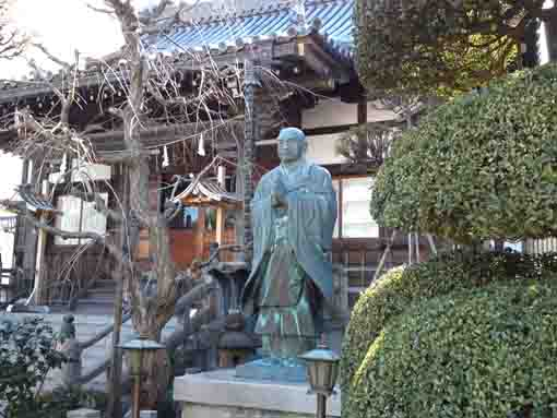 the statue of Nichiren in Shofukuji