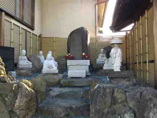 the stone statues in Togakuji Temple