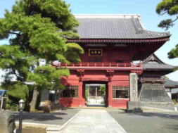 the main gate of Tokuganji Temple