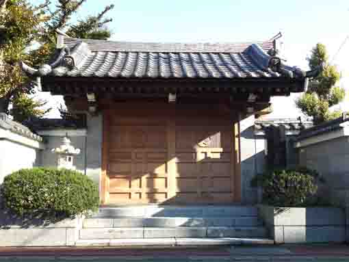 the Sanmon Gate of Zenpukuji Temple